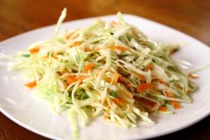 Салат из капусты с морковью и черносливом