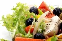Грибной салат с помидорами и брынзой