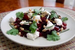Салат из свеклы с сыром чеддер и черносливом