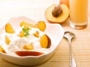 Сметанный десерт с персиками