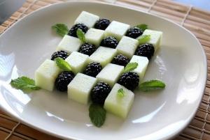 Салат с ежевикой и дыней