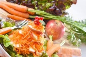 Простой салат из моркови и яблок с семечками