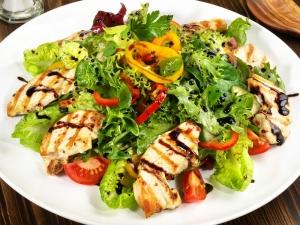 Салат с перцем, курицей и грибами