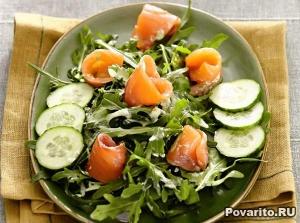 Салат с копченым лососем и огурцом