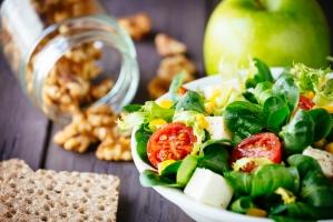Салат с грецкими орехами, куриным филе и сыром