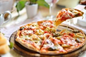 Пицца с козьим сыром, рукколой и грецкими орехами