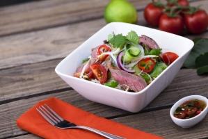 Салат с говядиной, яйцом и помидорами