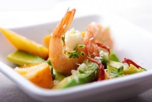Салат с авокадо, томатами и морепродуктами