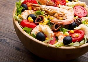 Салат с креветками, бужениной и кукурузой