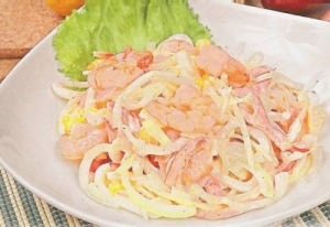 Салат с креветками, кальмарами и цуккини