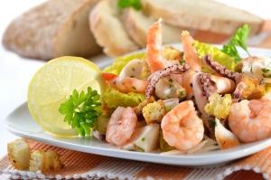Салат с крабовыми палочками, перцем и креветками