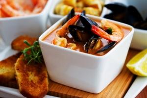 Томатный суп с креветками и мидиями