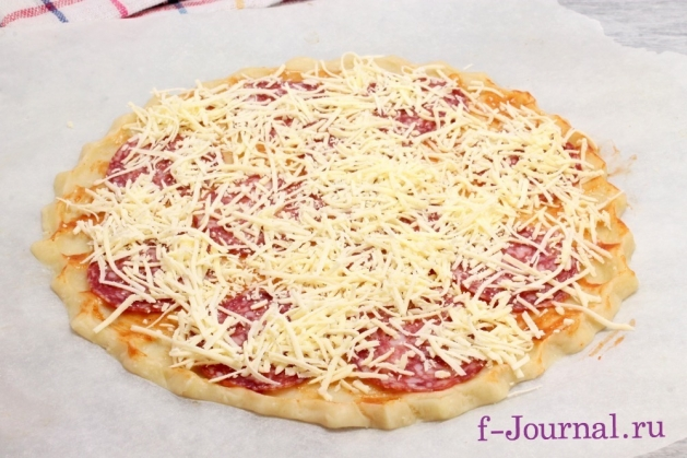 Пицца с колбасой и сыром