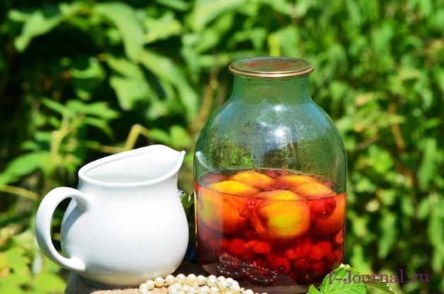 Компот из персиков, малины и вишни