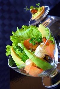 Салат из мидий с авокадо и фисташками