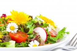 Зеленый салат из одуванчика