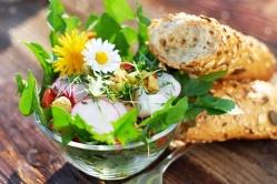 Пикантный салат из одуванчика с крапивой
