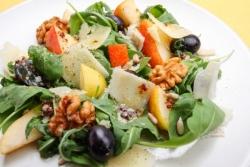 Салат с виноградом, орехами и пармезаном