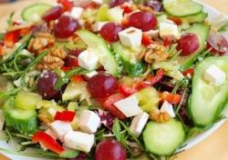 Осенний салат с виноградом и брынзой