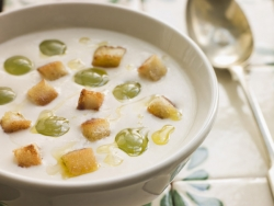 Холодный миндальный суп с виноградом и чесноком