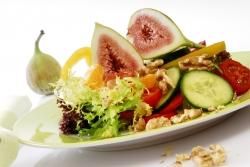 Салат из инжира с сыром моцарелла