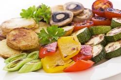 Белые грибы с овощами на гриле