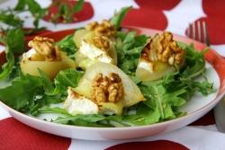 Салат с грушей, сыром и рукколой