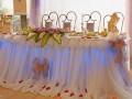 Оригинальное украшение свадебного стола молодоженов