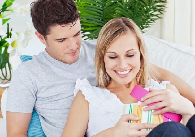 Что подарить девушке на 8 марта 2012