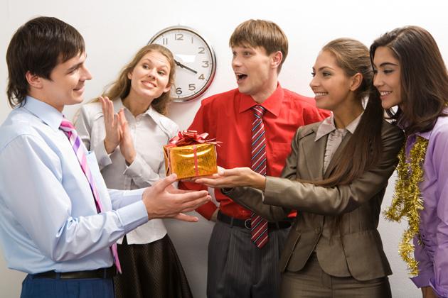 Что подарить на 23 февраля сотрудникам и коллегам по работе