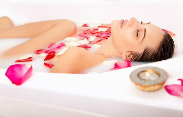 Ванна для красоты и здоровья с лепестками роз