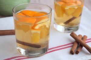 Чайный напиток с ромашкой, апельсинами и корицей