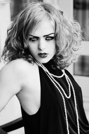 Делая макияж в стиле вамп основной акцент необходимо делать на глаза и...