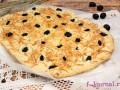 Итальянская фокачча с маслинами и сыром