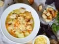 Куриный суп с сыром и гренками
